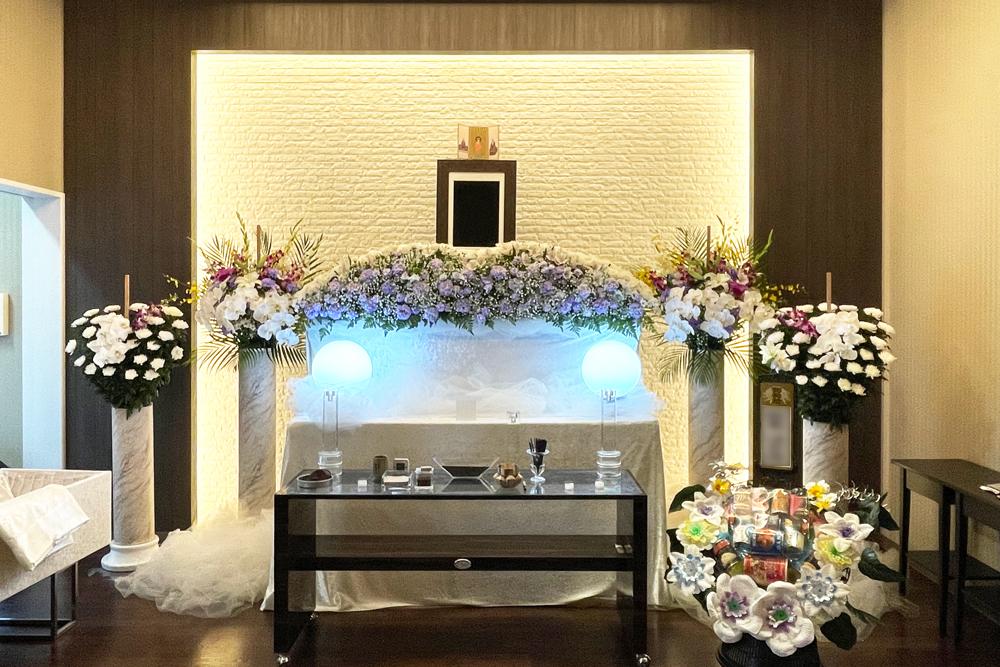 藤沢市の家族葬専用リビングルーム、ファミリーホール湘南台・祭壇のご案内